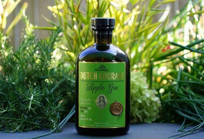Eine Flasche des Zuidam Dutch Courage Apple Gins