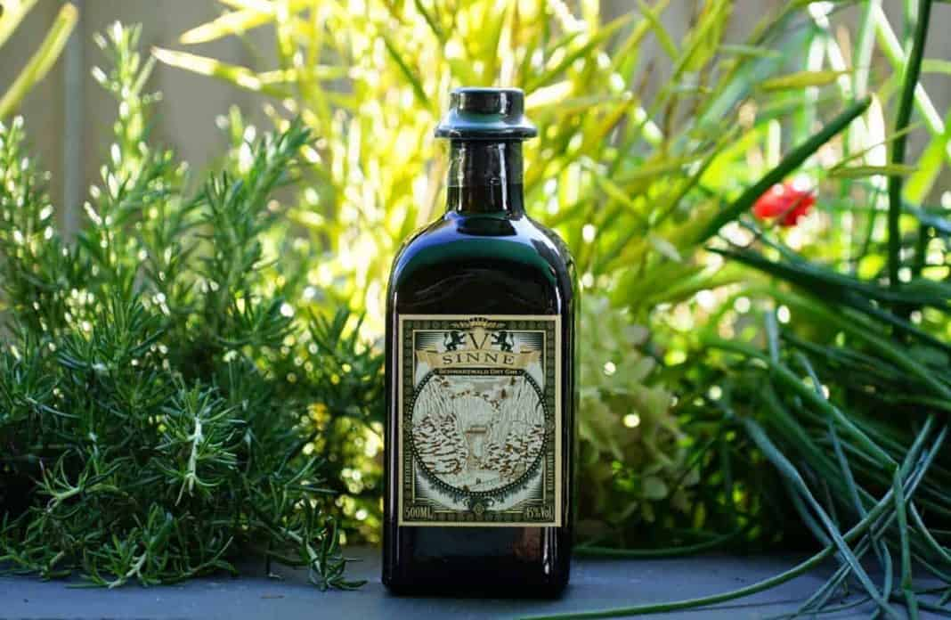 Eine Flasche des V Sinne Schwarzwald Dry Gins