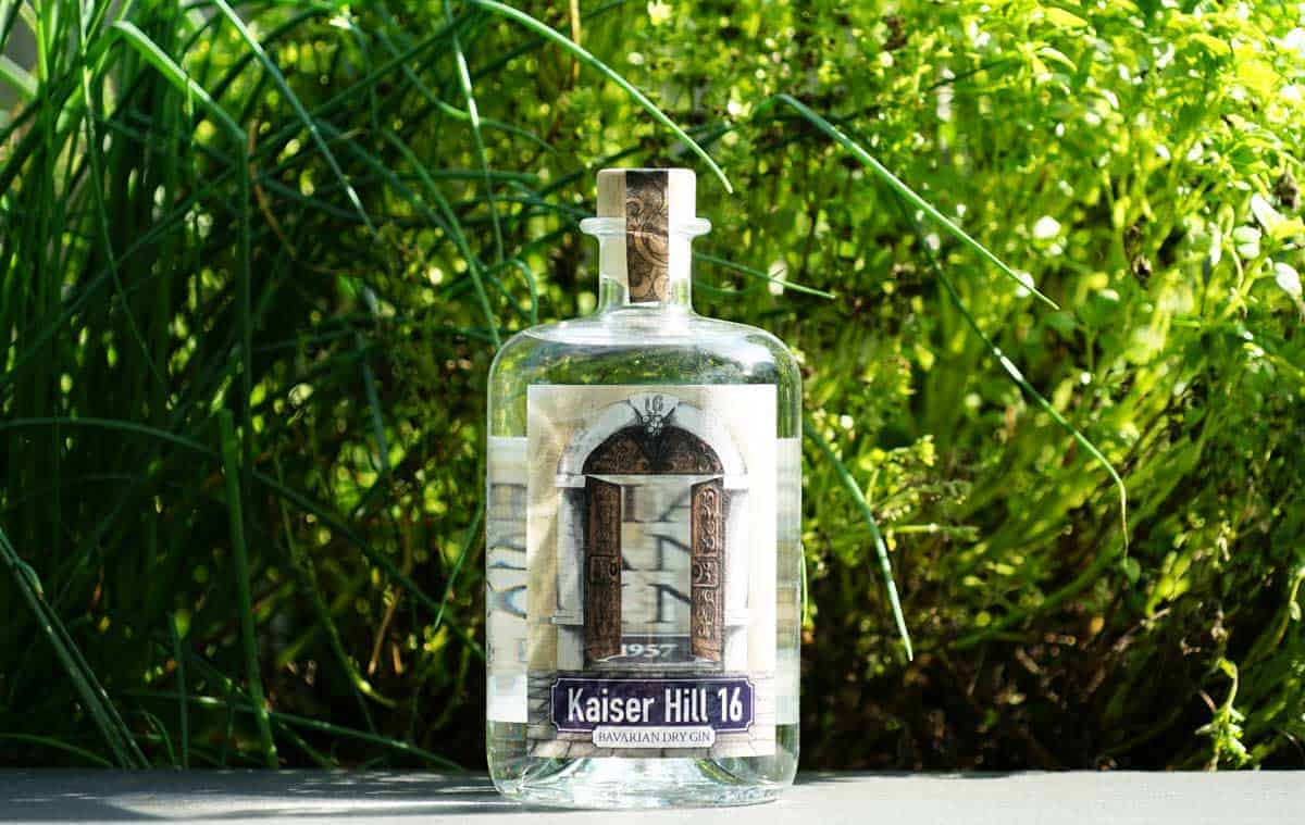 Eine Flasche des Kaiser Hill 16 Gins