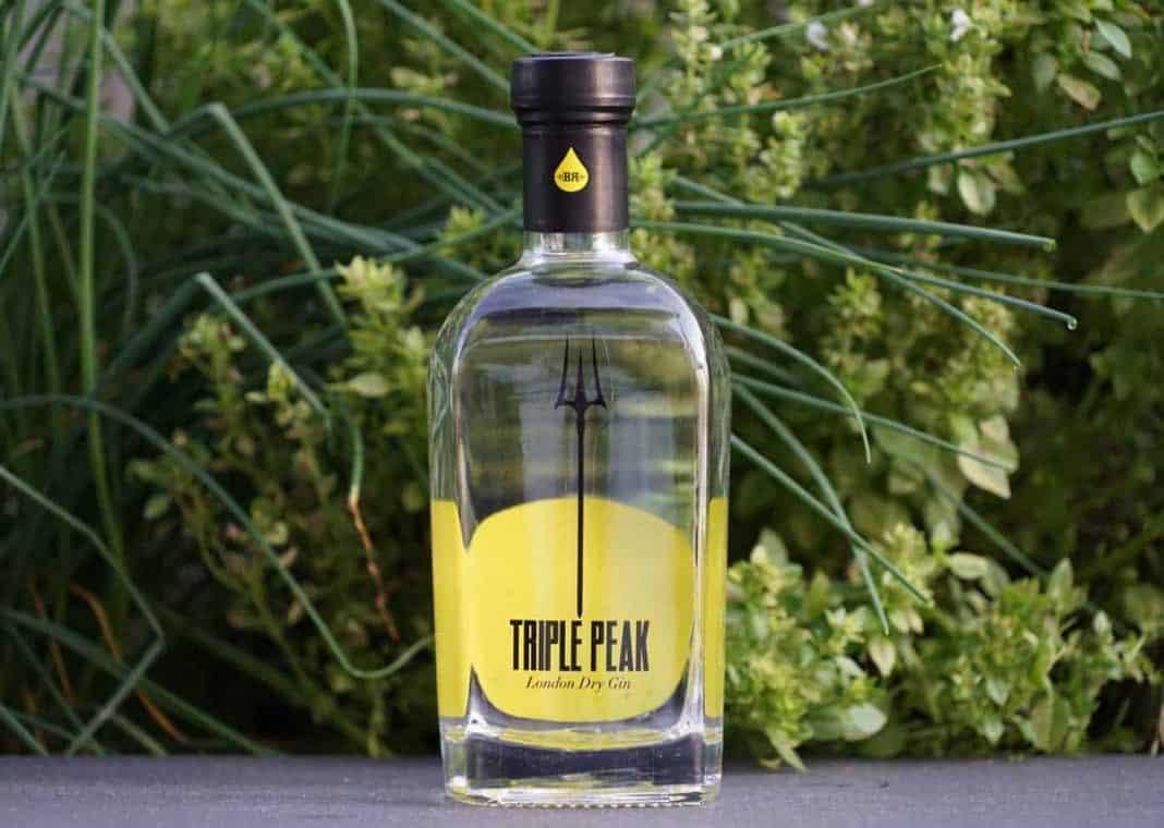 Eine Flasche des Triple Peak London Dry Gins