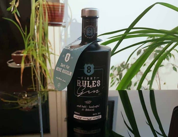 Eine Flasche des 8 Rules Gins