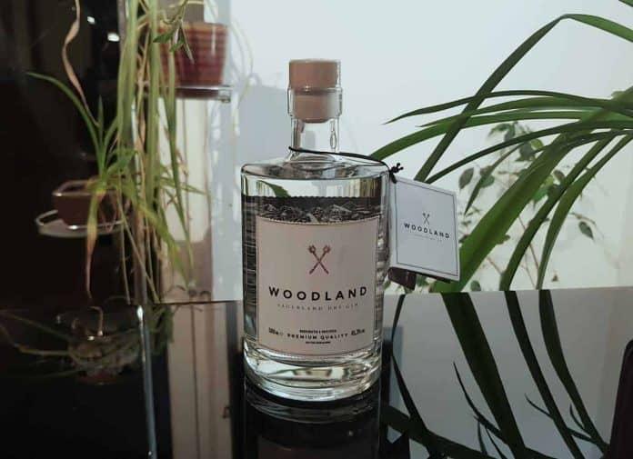 Eine Flasche des Woodland Sauerland Dry Gins