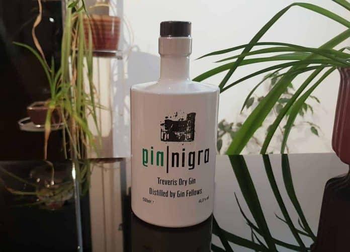 Eine Flasche des Gin Nigra Gins