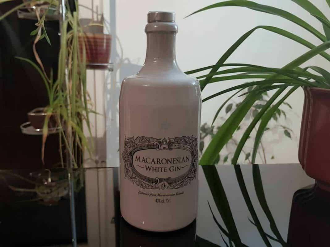 Eine Flasche des Macaronesian White Gins