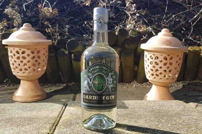 Eine Flasche des Lebensfern Garden Gins