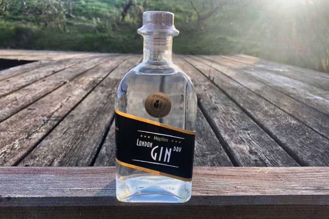 Eine Flasche des Hopfen London Dry Gins