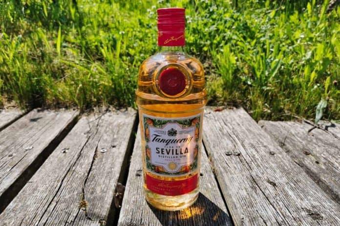Eine Flasche des Tanqueray Flor de Sevilla Gins