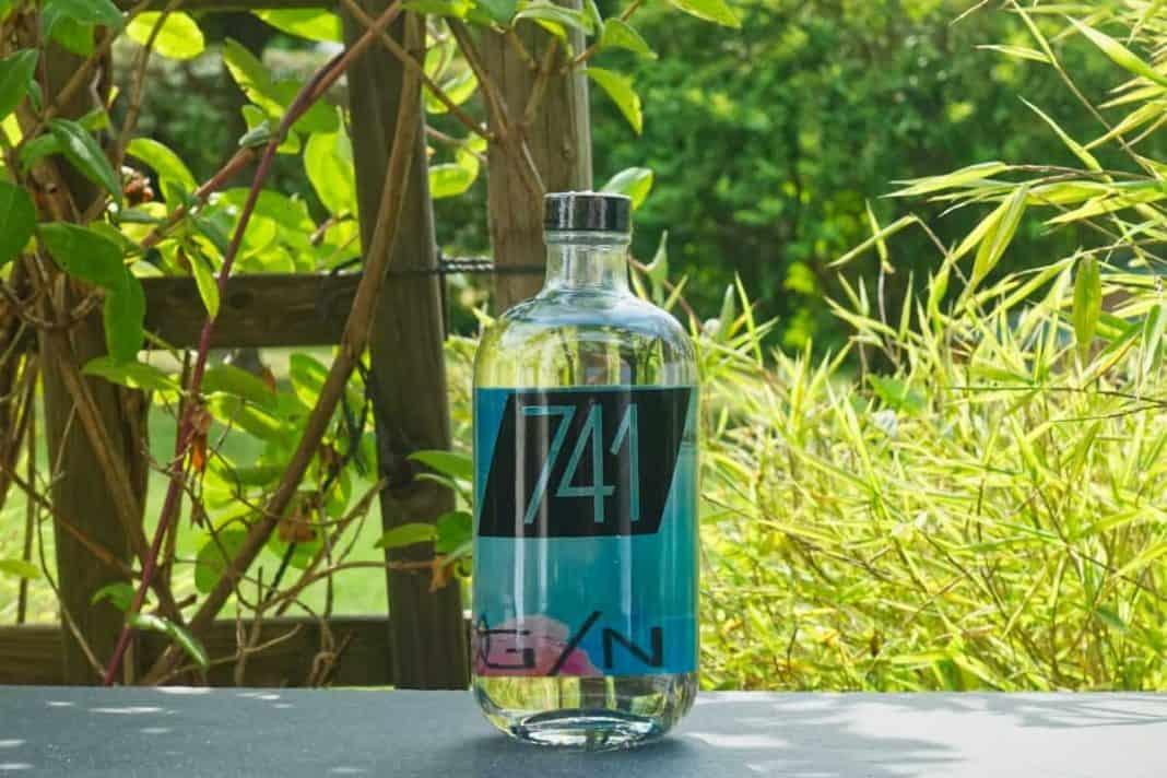 Eine Flasche des 741 Gins