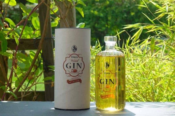 Eine Flasche des Löwen Wood Gins