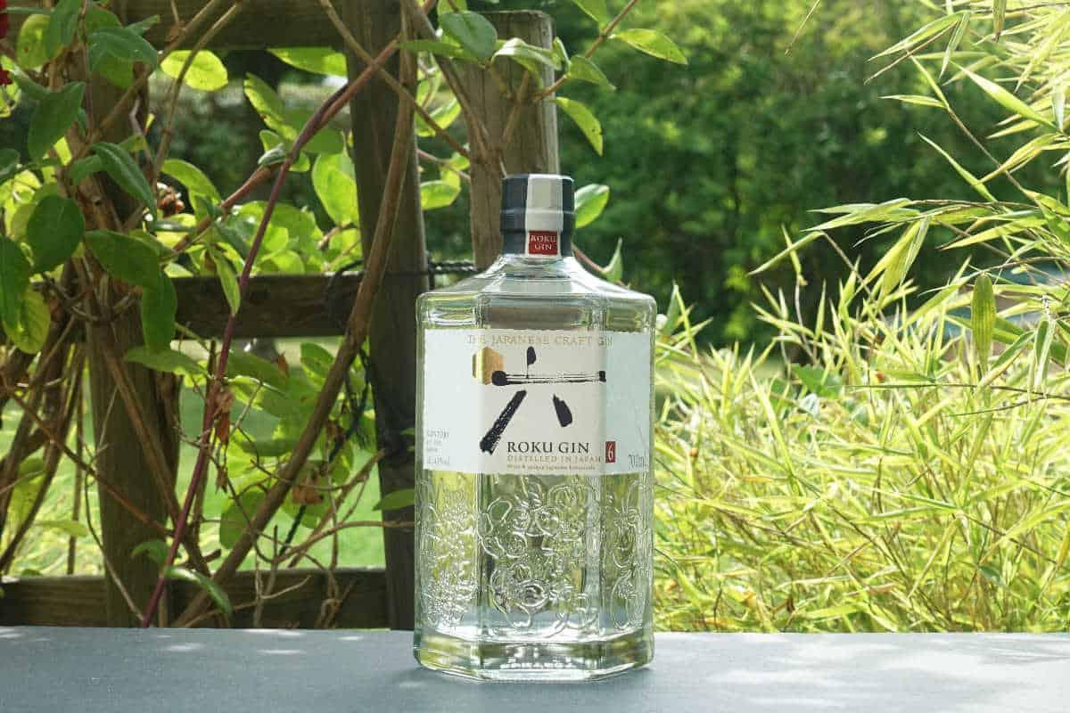 Eine Flasche des Roku Gins