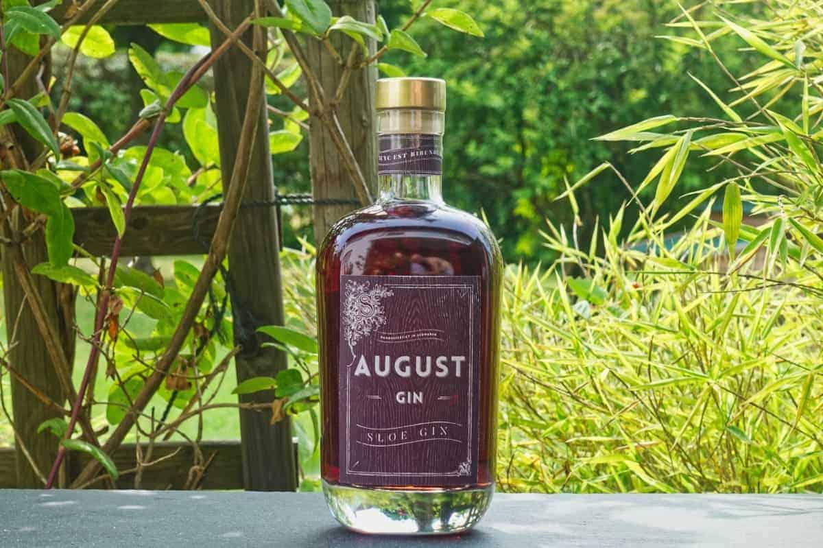 Eine Flasche des August Sloe Gins