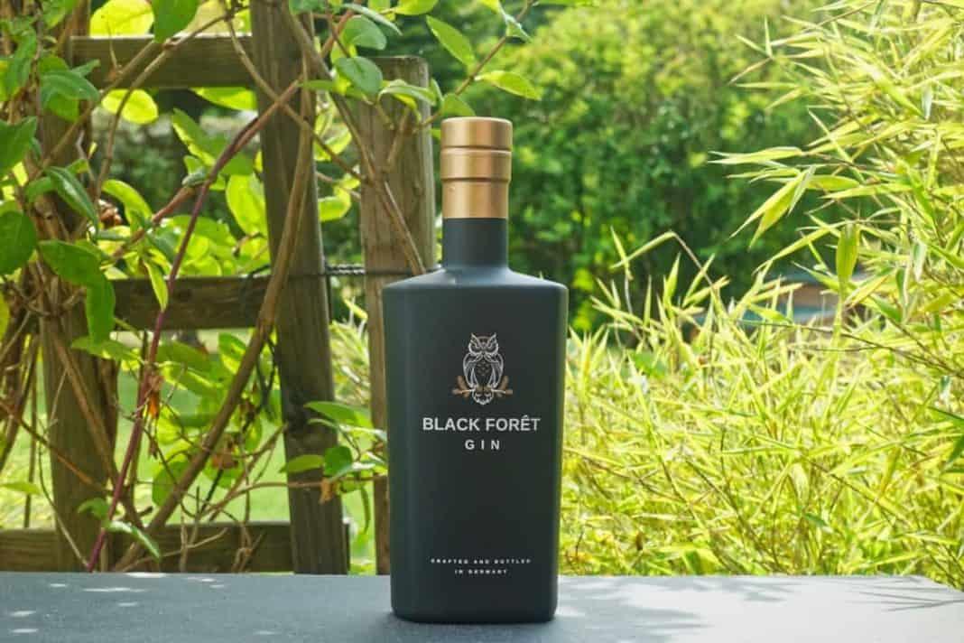 Eine Flasche des Black Foret Gins
