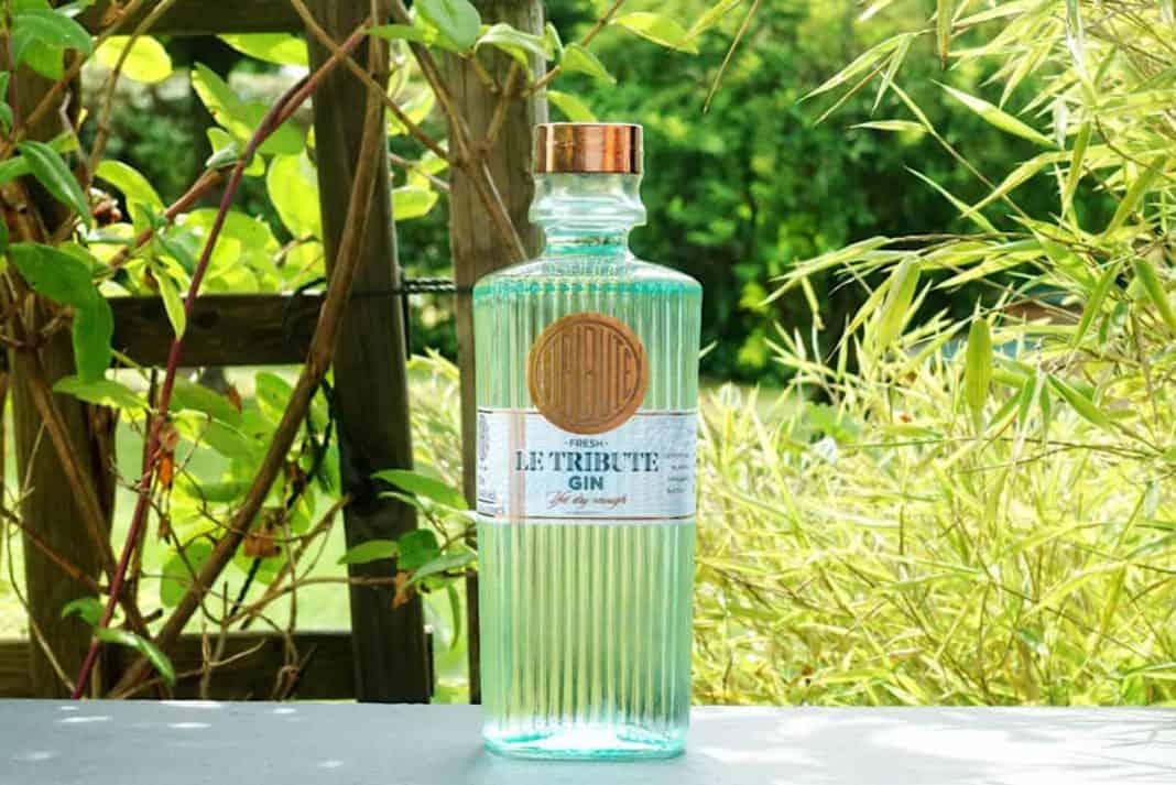 Eine Flasche des Le Tribute Gins