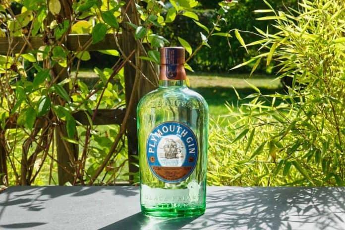 Eine Flasche des Plymouth Gins