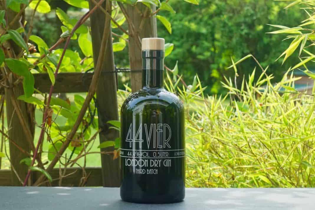 Eine Flasche des 44Vier Gins