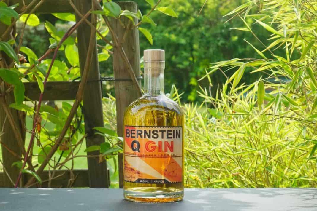 Eine Flasche des Bernstein Q Gins
