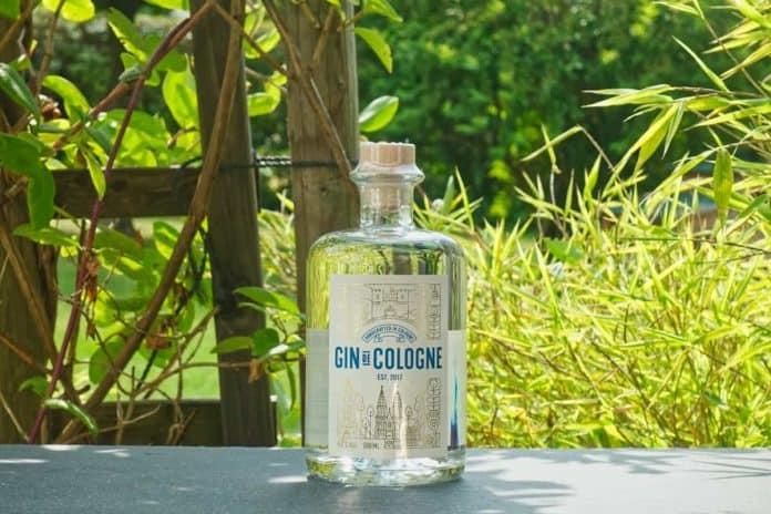 Eine Flasche des Gin de Cologne