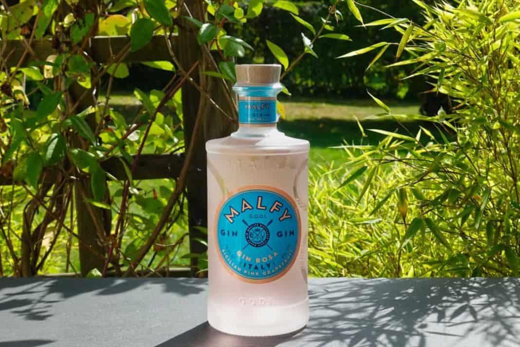 Eine Flasche des Malfy Rosa Gins