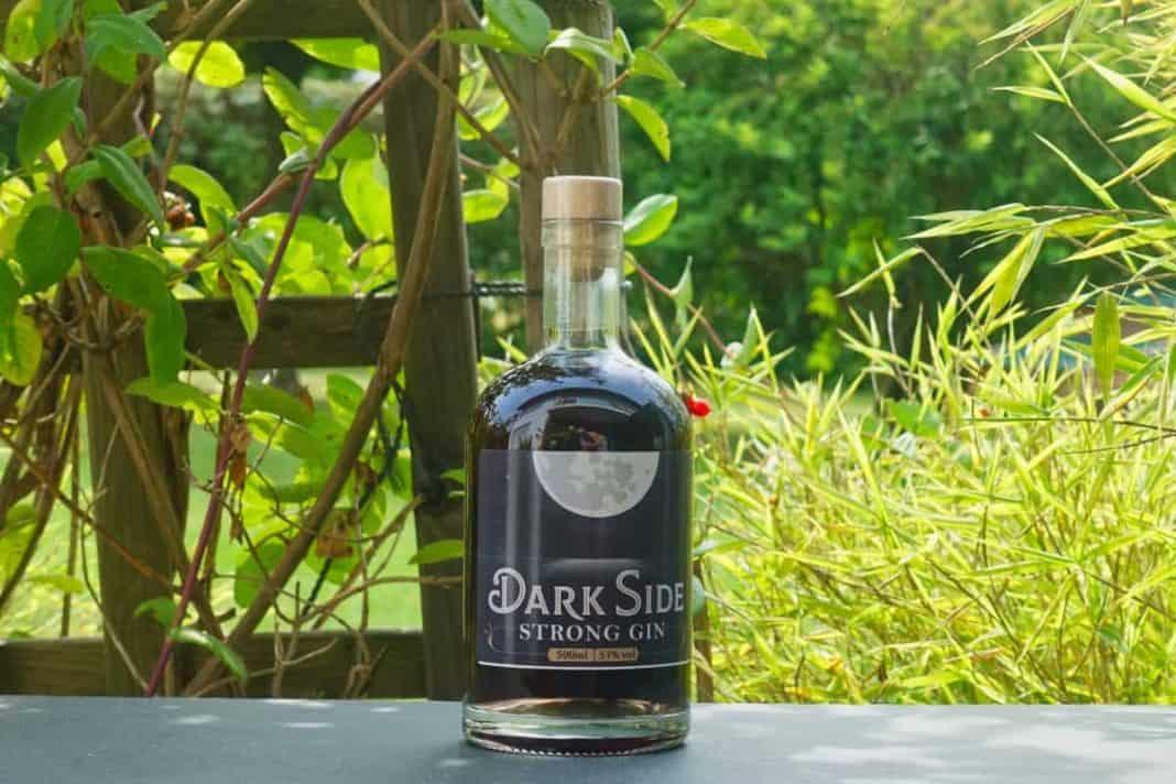 Eine Flasche des Dark Side Strong Gins