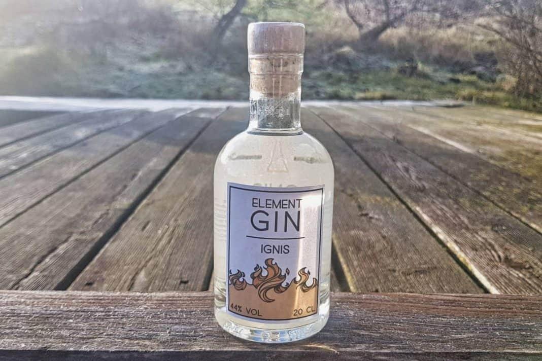 Eine Flasche des Element Gin Ignis