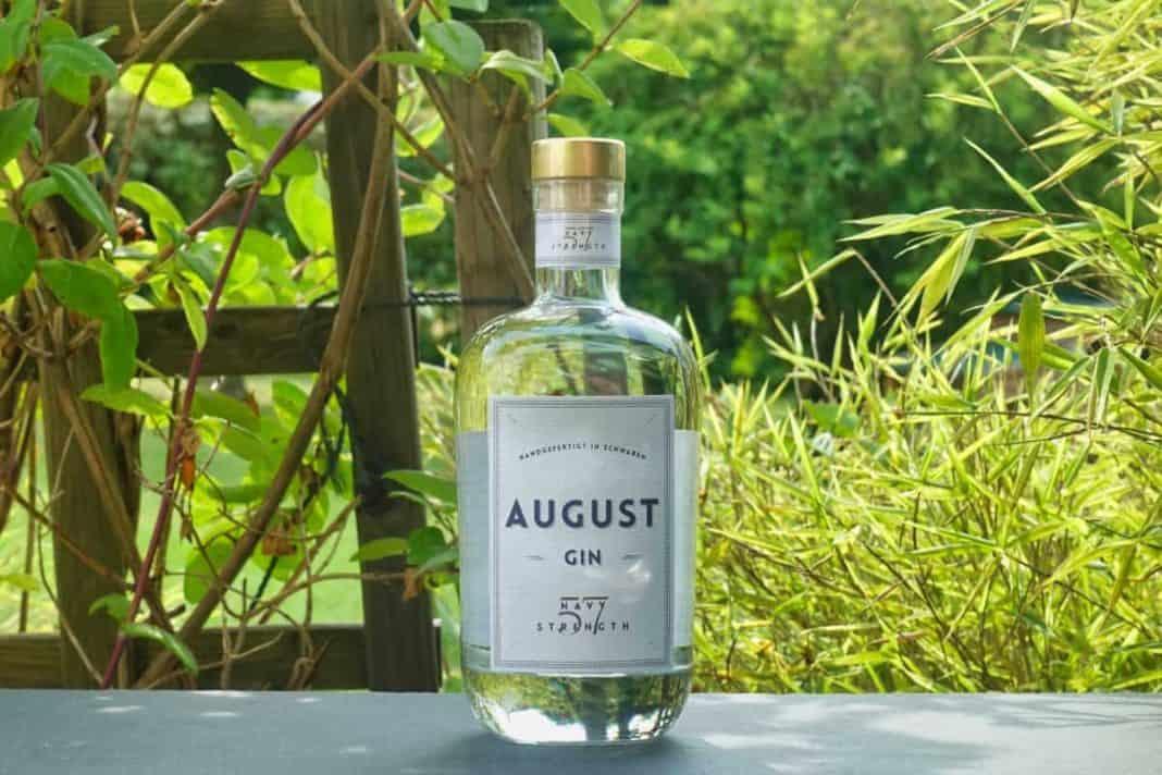 Eine Flasche des August Navy Strength Gins
