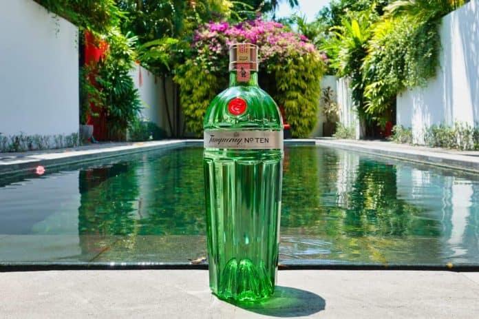 Eine Flasche des Tanqueray No Ten Gins