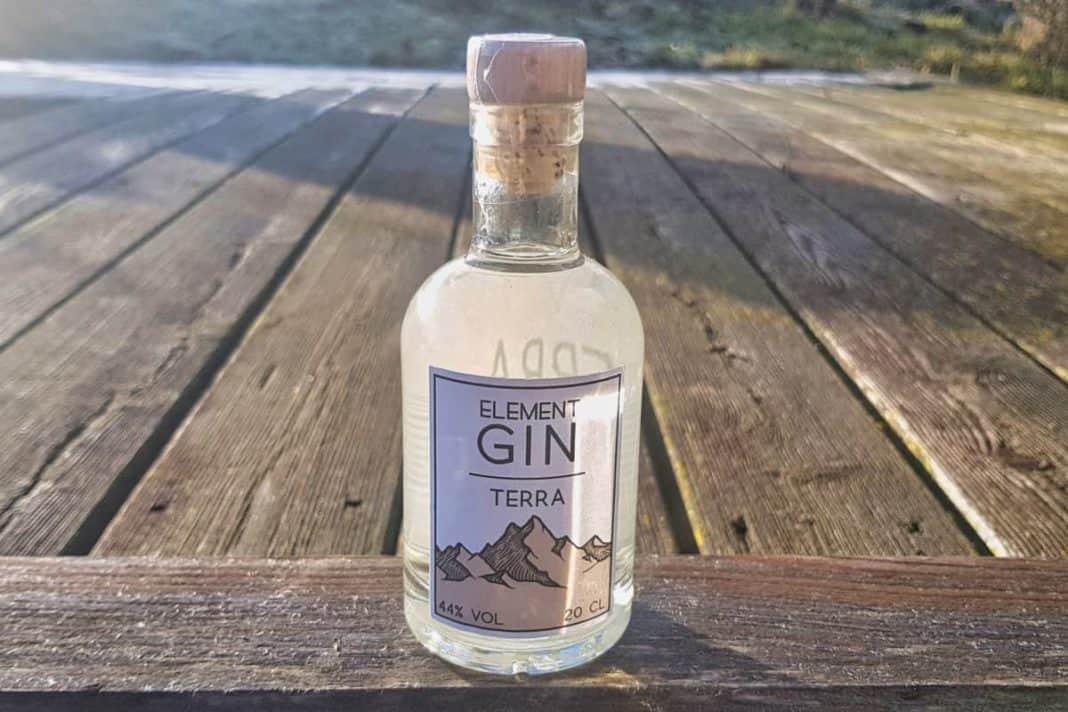 Eine Flasche des Element Gin Terra